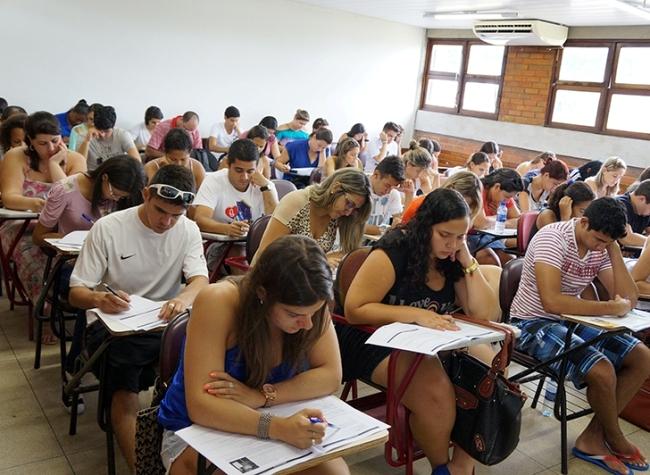 Atividades educacionais envolvendo concentração de alunos em ambiente fechado têm alto risco de propagação do coronavírus. Foto: Reprodução / Internet