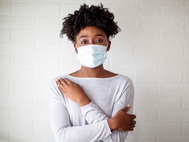 Resultados demonstraram que a cirúrgica, sem ajuste, bloqueou 42% das partículas de uma tosse simulada. Já a de pano, bloqueou 44,3%