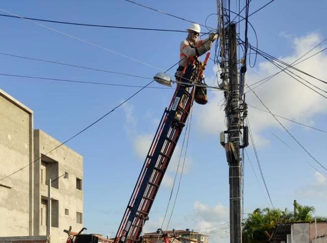 Chuvas intensas podem provocar curtos-circuitos com consequências de rompimento de cabos de energia